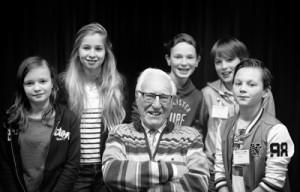 Groepsportret Henk Eijsenga en de kinderen van groep 8 die hem hebben geinterviewd