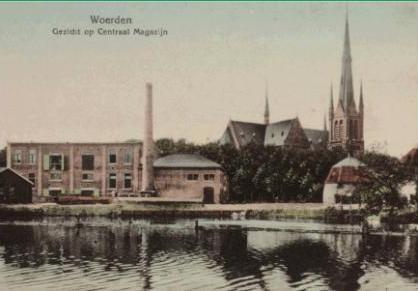 Gezicht op het Centraal Magazijn, een ingekleurde prentbriefkaart begin 20e eeuw. Collectie RHC Rijnstreek